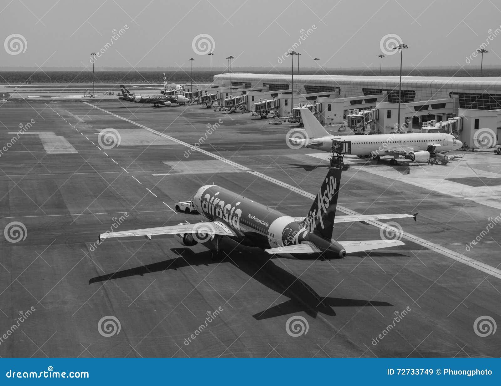 Aeroporto Bali : Airasia spiana all aeroporto in bali indonesia immagine stock