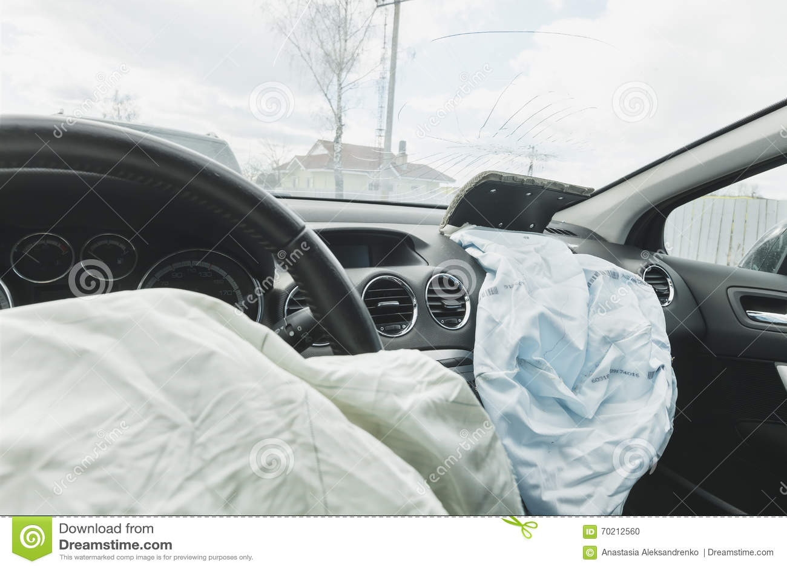 airbag d 39 accident de voiture bleu airbag d 39 inscription photo stock image 70212560. Black Bedroom Furniture Sets. Home Design Ideas