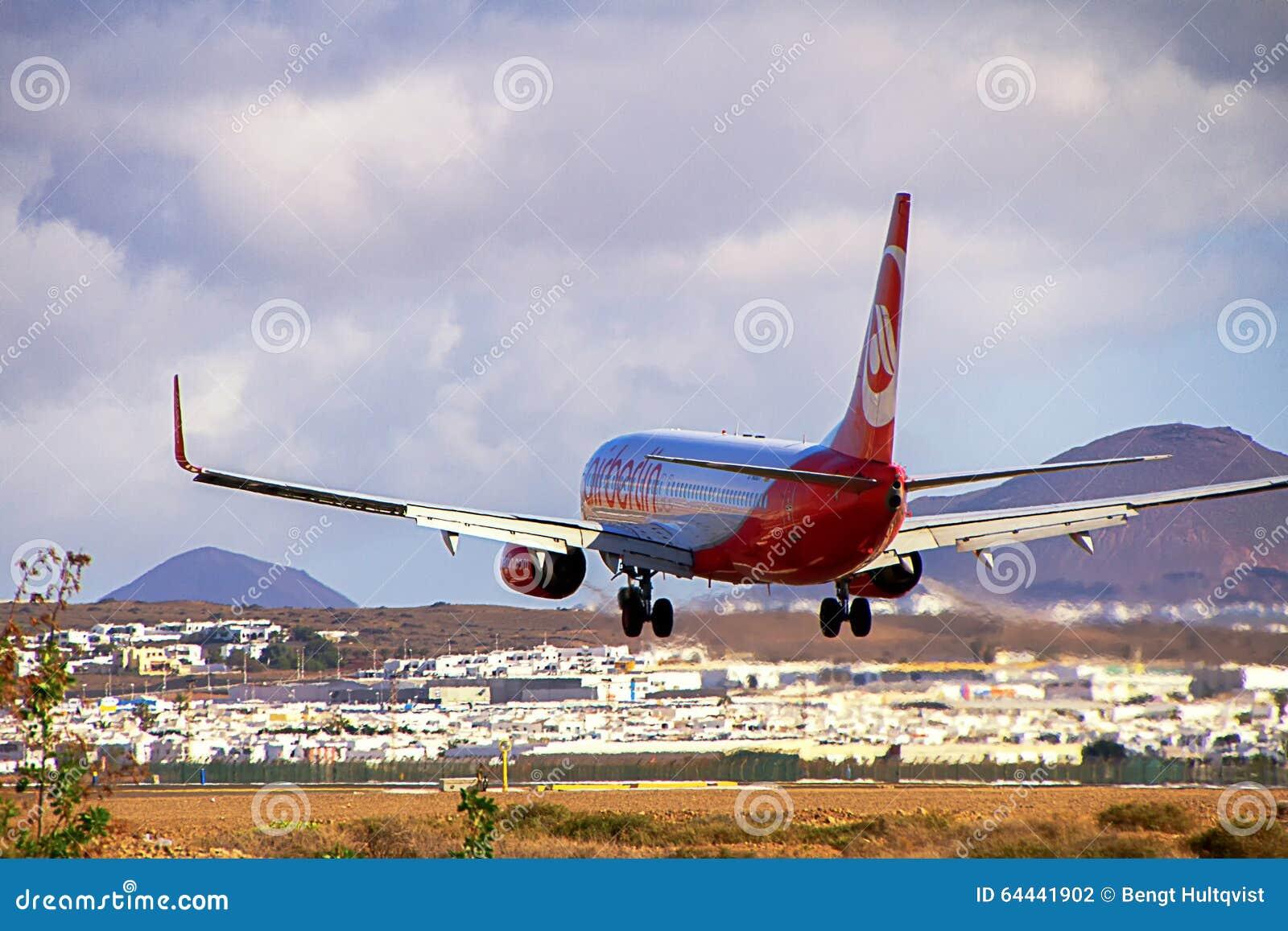Airberlin飞机在兰萨罗特岛海岛上的波音737-800着陆
