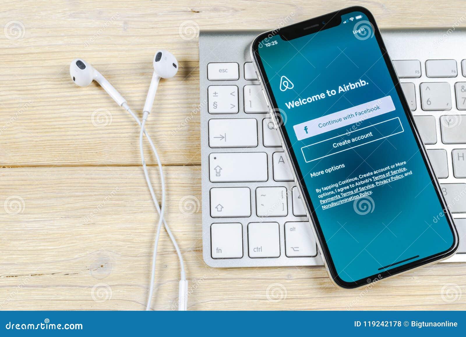 Airbnb在苹果计算机iPhone x屏幕特写镜头的应用象 Airbnb app象 Airbnb com是书库的网上网站 社会
