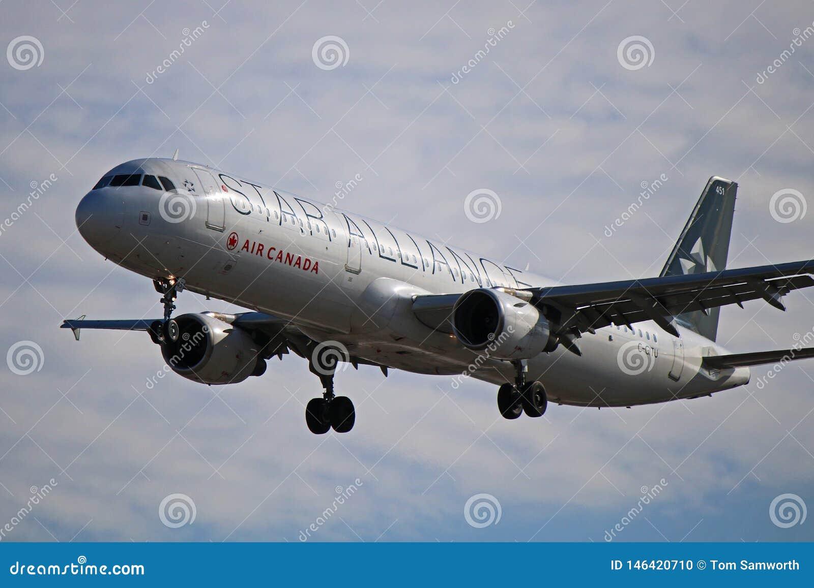 Airbus A321-200 του Air Canada κατά την άποψη κινηματογραφήσεων σε πρώτο πλάνο στολών συμμαχίας αστεριών