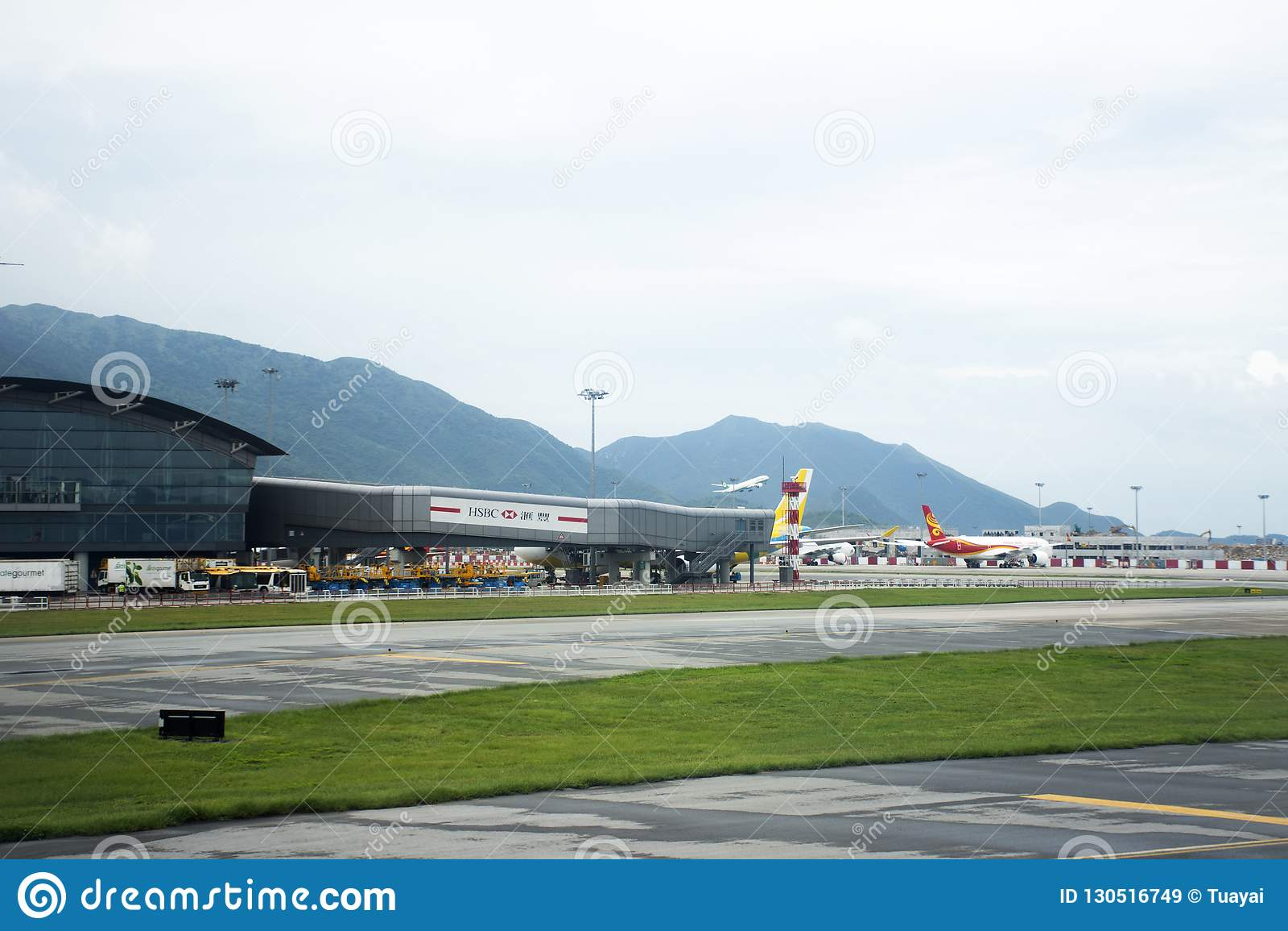 Airbus e o plano no tempo de espera da estação da pista de decolagem para decolam em Hong Kong International Airport