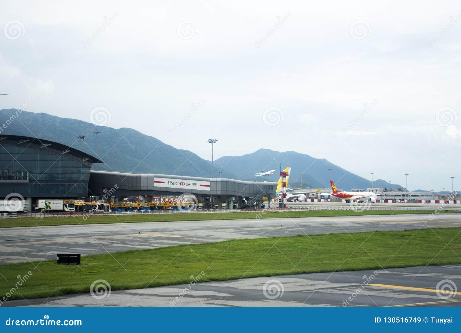Airbus und Flugzeug auf Wartezeit der Rollbahnstation für entfernen sich bei Hong Kong International Airport