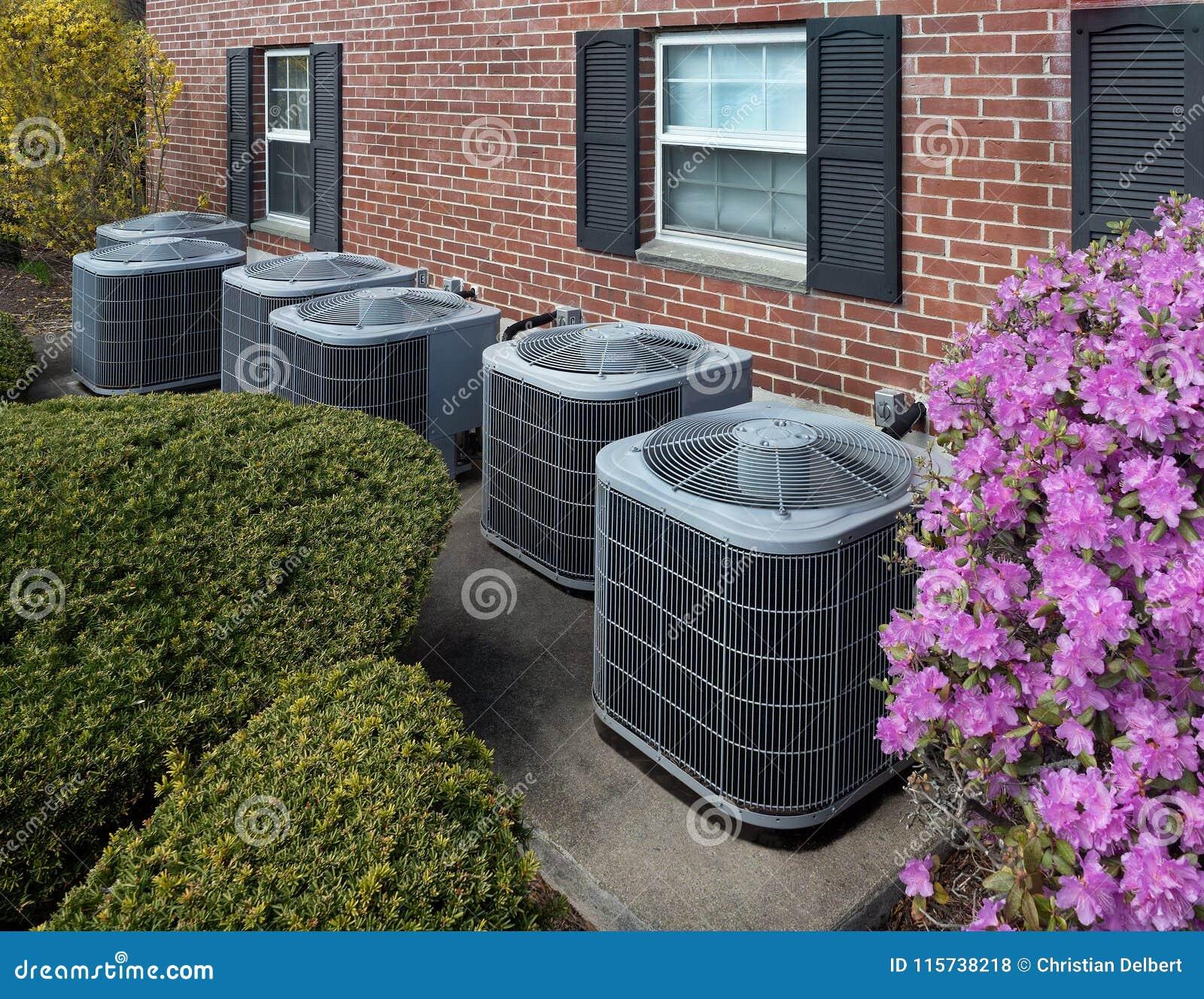 Airconditioningseenheden buiten een flatgebouw