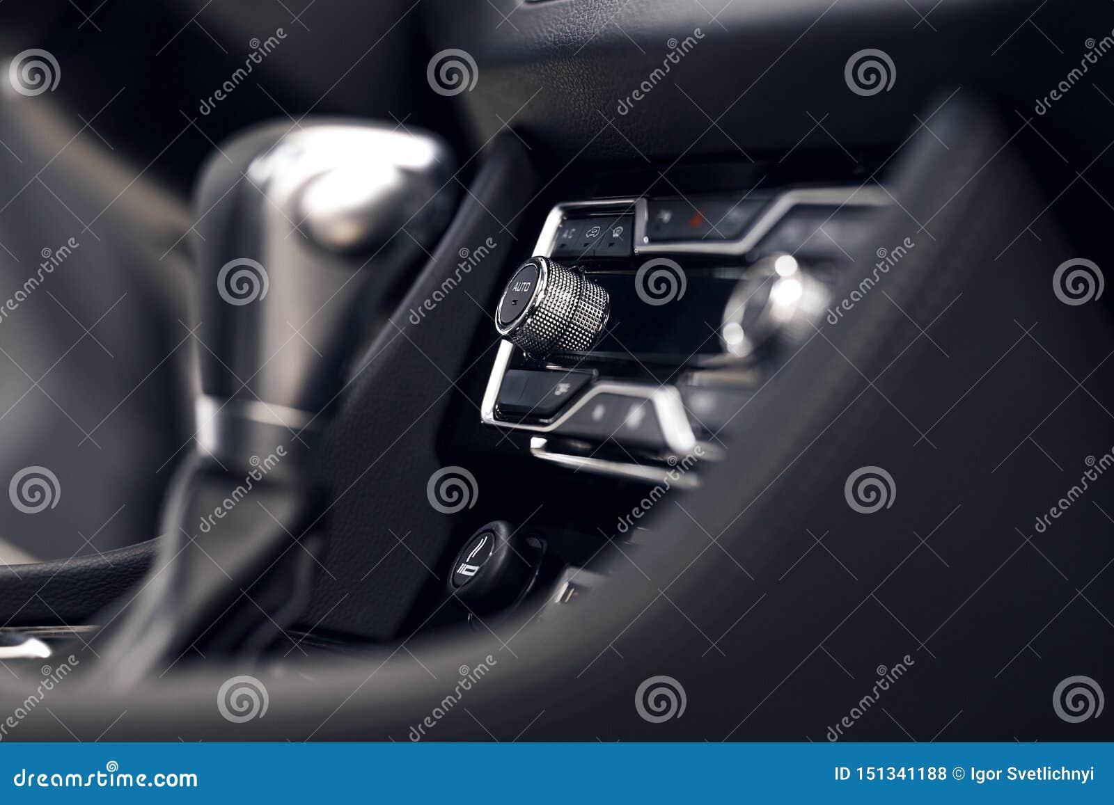 Airconditioningsknoop binnen een auto De eenheid van de klimaatcontrole in de nieuwe auto moderne auto binnenlandse details