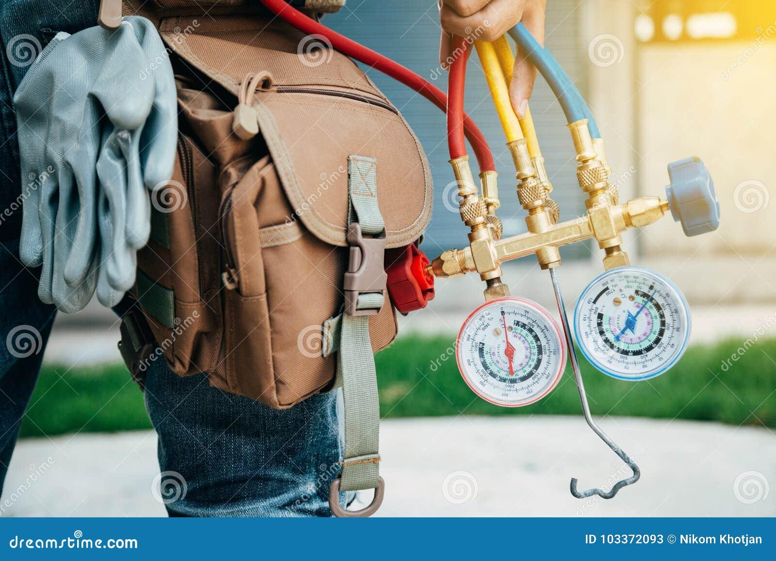 Airconditioningstechnicus en a-een deel van het voorbereidingen treffen om n te installeren