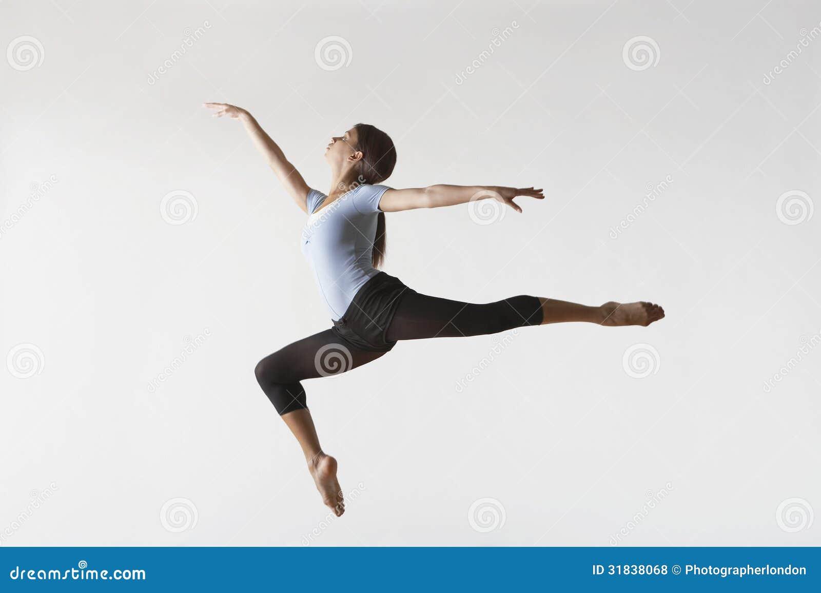 Aire femenino de Leaping In Mid del bailarín de ballet
