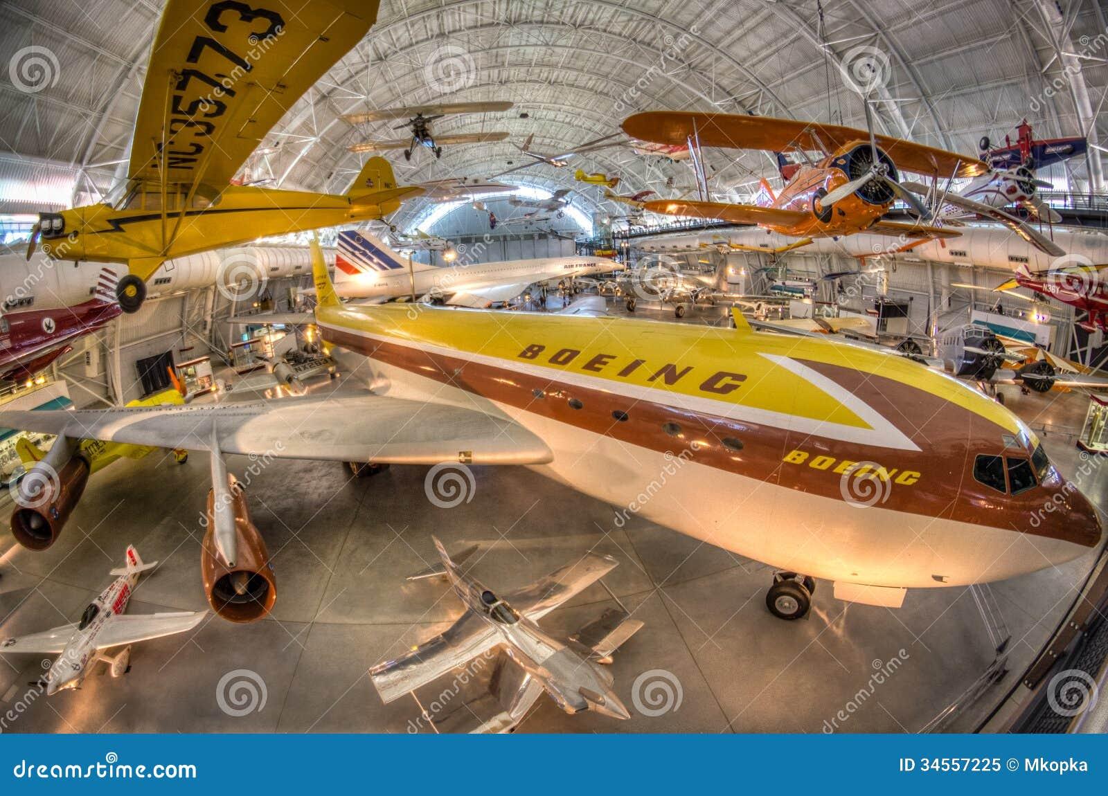 Aire y museo espacial nacionales - centro Udvar-nebuloso