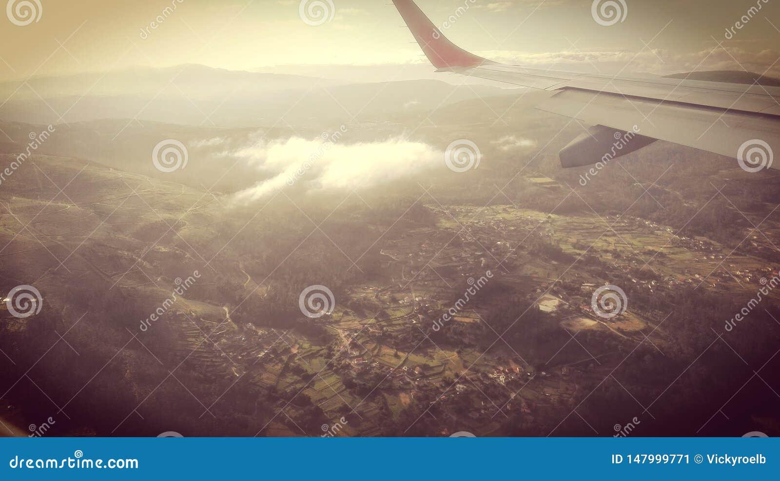 Airplane& x27;s减速火箭视图的风景
