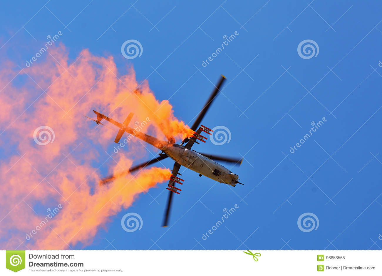 Airshow memorável Helicóptero de ataque da força aérea Mi-24V que voa uma demonstração na exposição internacional