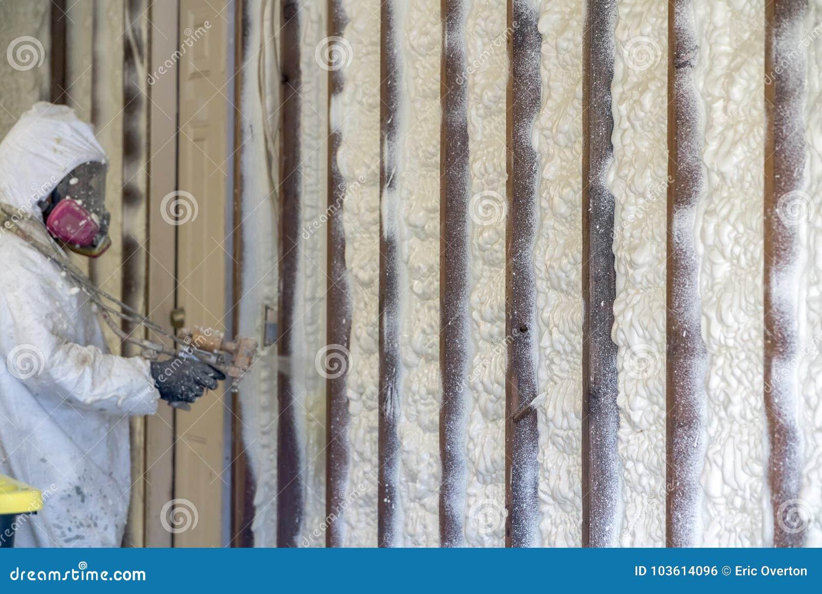 Aislamiento cerrado de rociadura de la espuma del espray de la célula del trabajador en un hogar