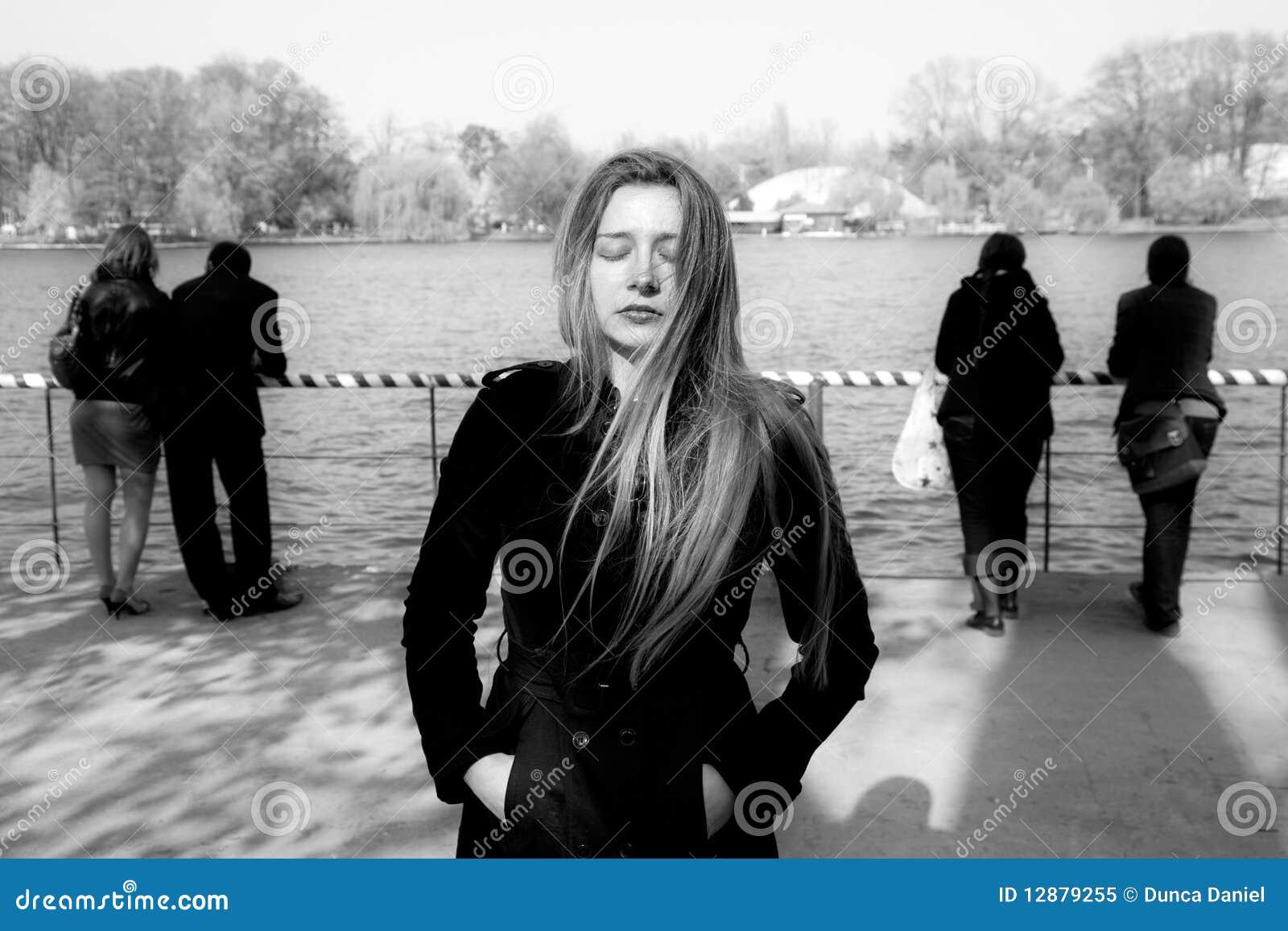Aislamiento social - mujer infeliz sola triste