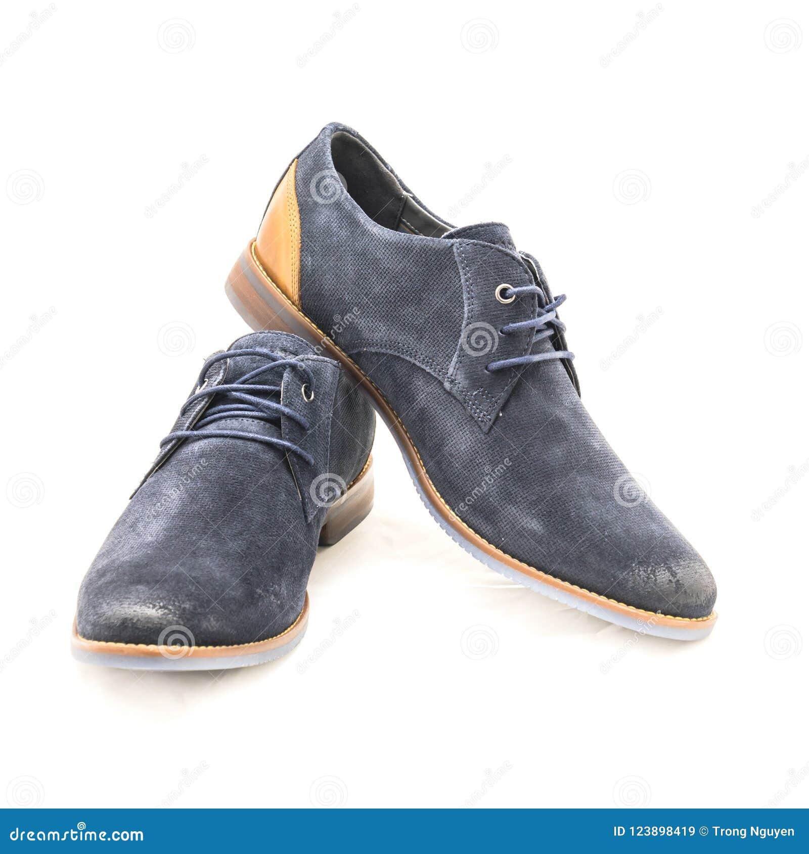 ee22e30d83 La visión superior tirada estudio a estrenar un par fijó los zapatos de  vestir azul marino del blucher de los hombres aislados en el fondo blanco  Código de ...