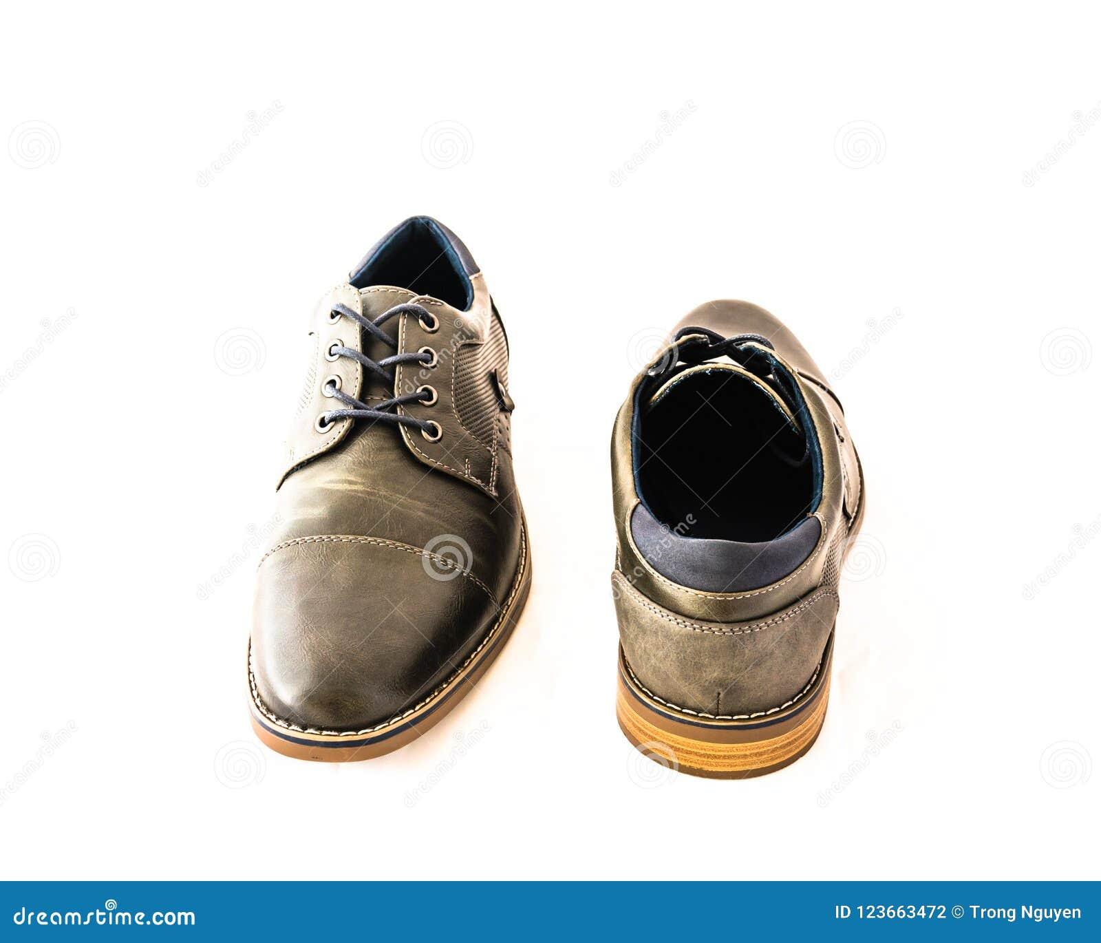 45d1c6222d La visión superior tirada estudio a estrenar un par fijó los zapatos de  vestir grises de los hombres aislados en el fondo blanco Código de  vestimenta formal ...