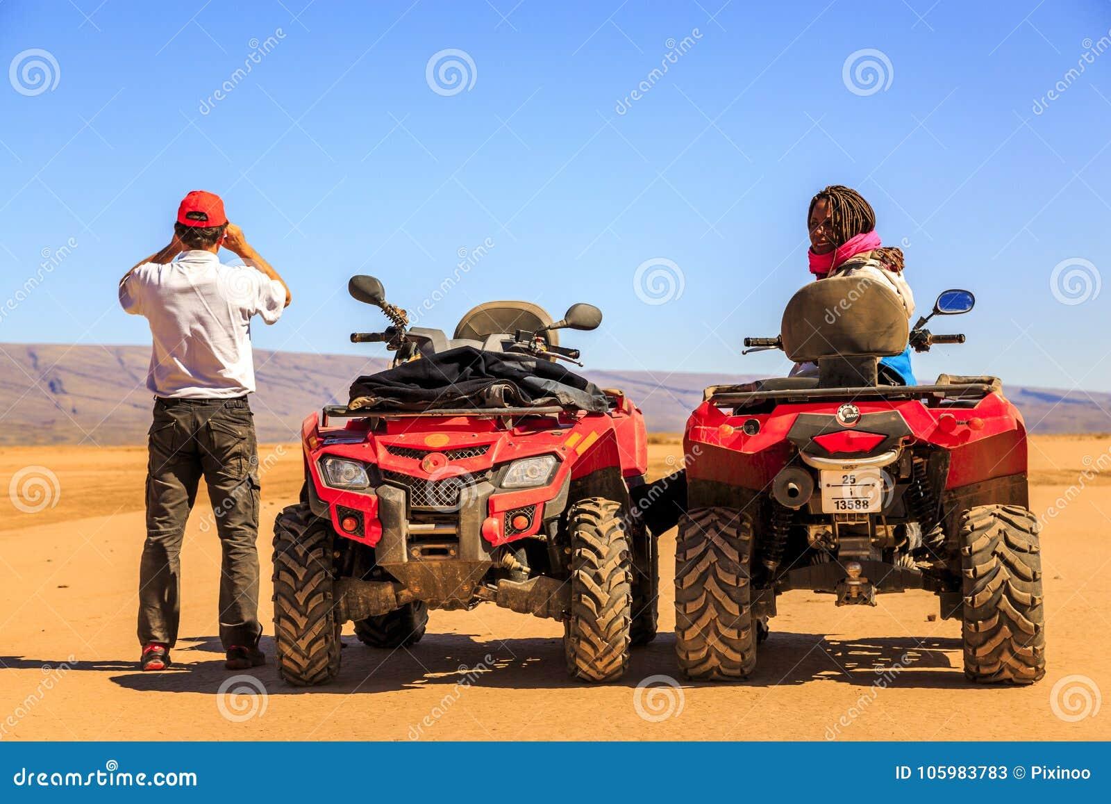 Ait Saoun, Марокко - 22-ое февраля 2016: Пары сидя в дефектном автомобиле в пустыне