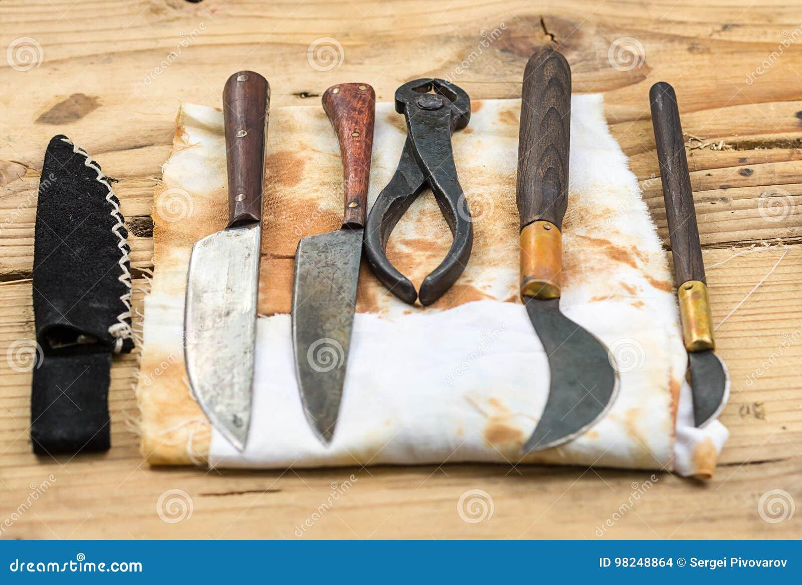 Aiuto antico della chirurgia di odontoiatria degli strumenti medici su una tavola di legno