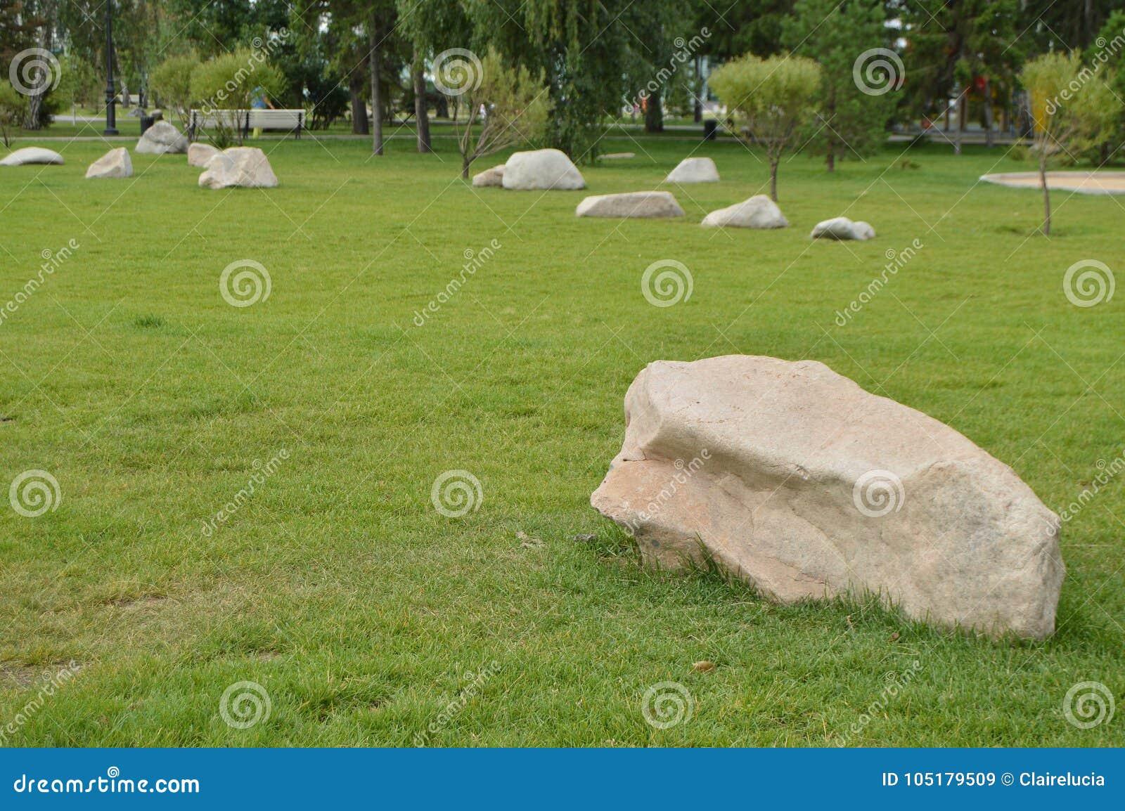 Ajardinando en el jard n las piedras blancas mienten en el c sped verde imagen de archivo - Piedras blancas para jardin ...