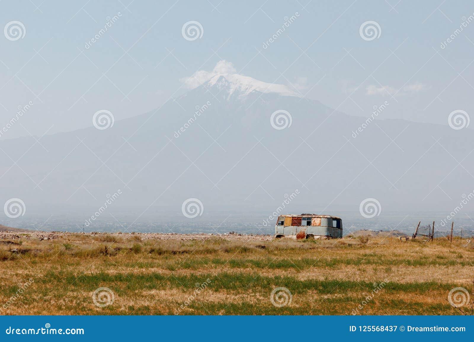 Ajardine com o Monte Ararat e um ônibus abandonado oxidado velho