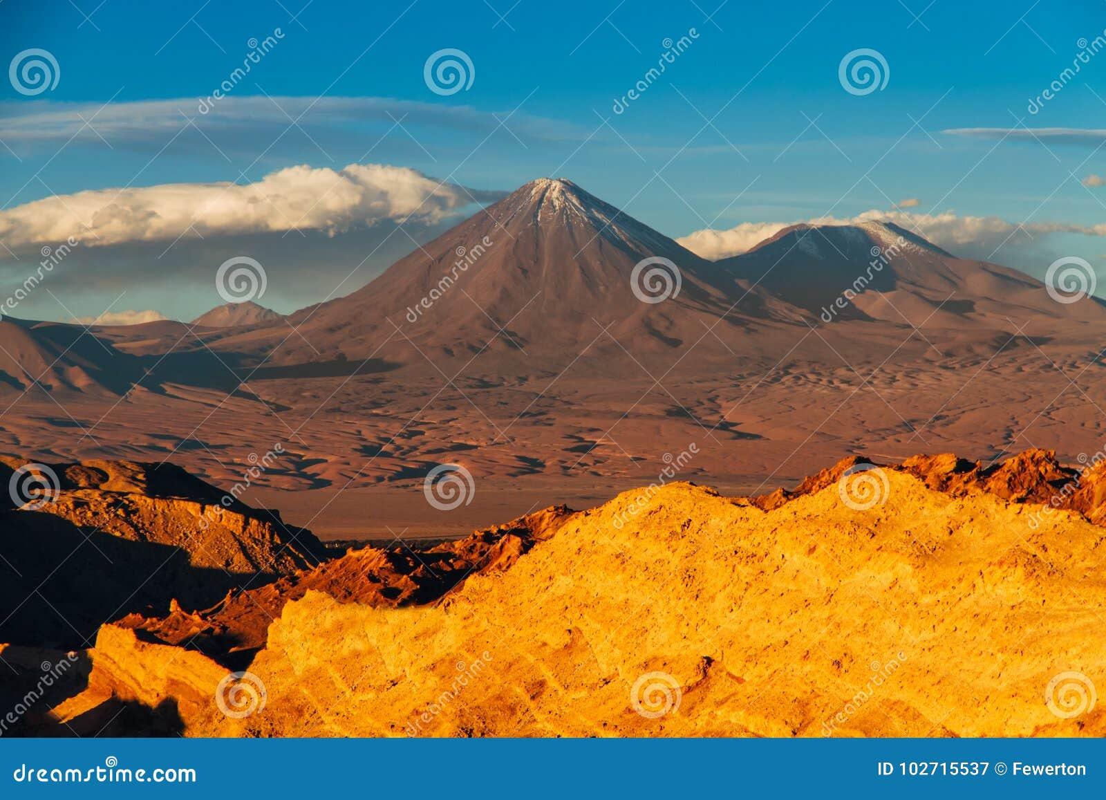 Ajardine de Valle de la Muerte no espanhol, o Vale da Morte com os vulcões Licancabur e Juriques no deserto de Atacama