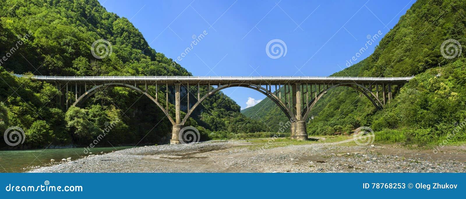 Ajardine en Abjasia con el puente de piedra sobre el río