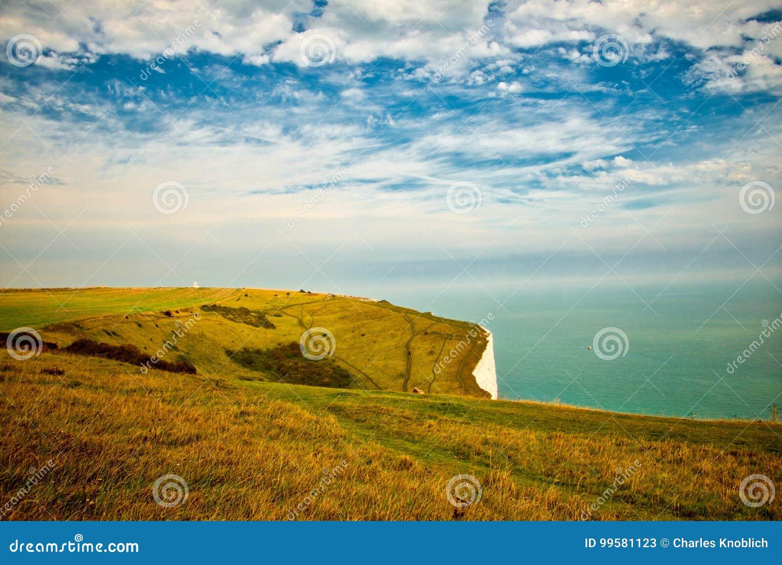 Ajardine a vista dos penhascos brancos em Dôvar