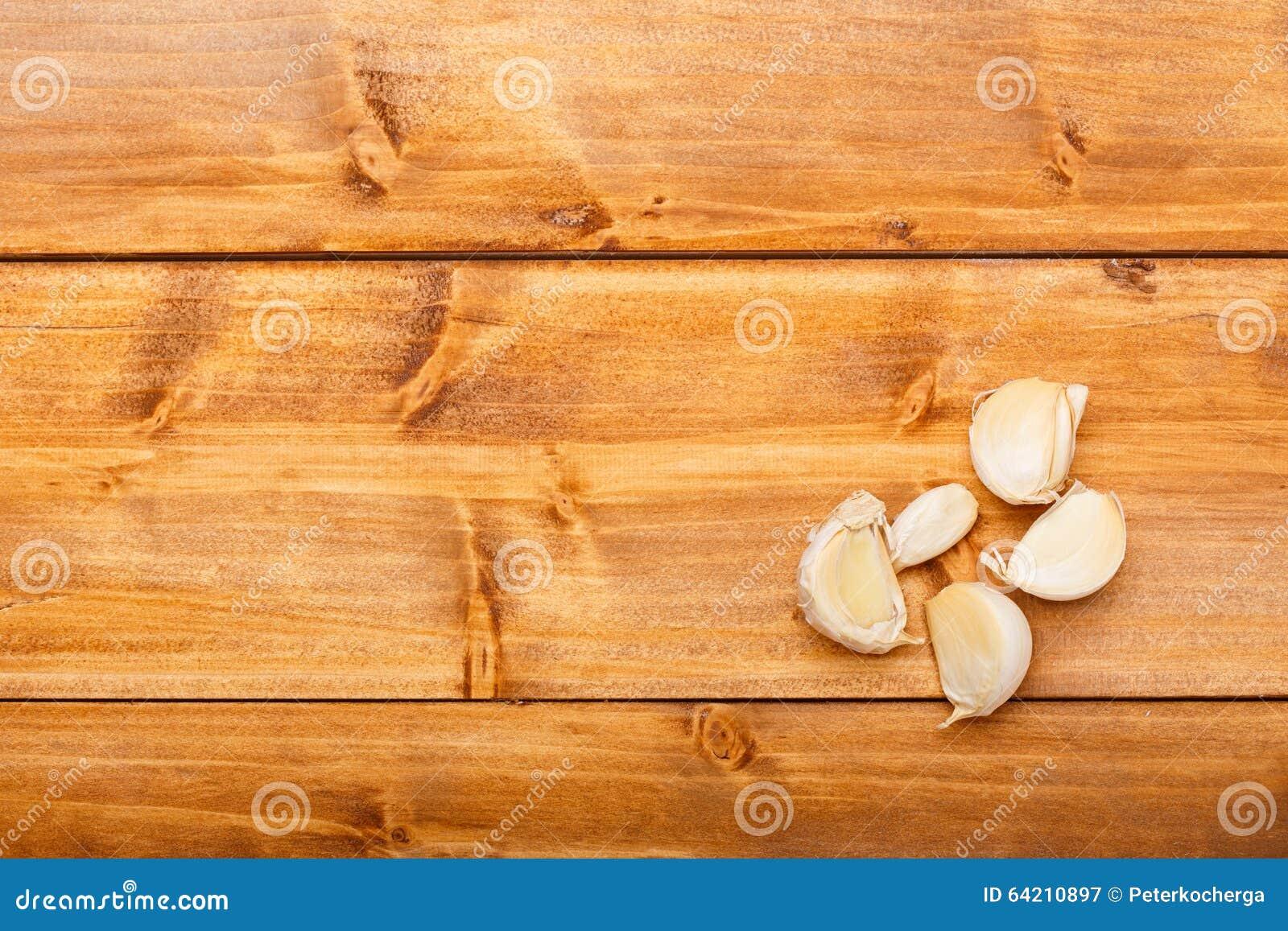 Ajo en la tabla de madera