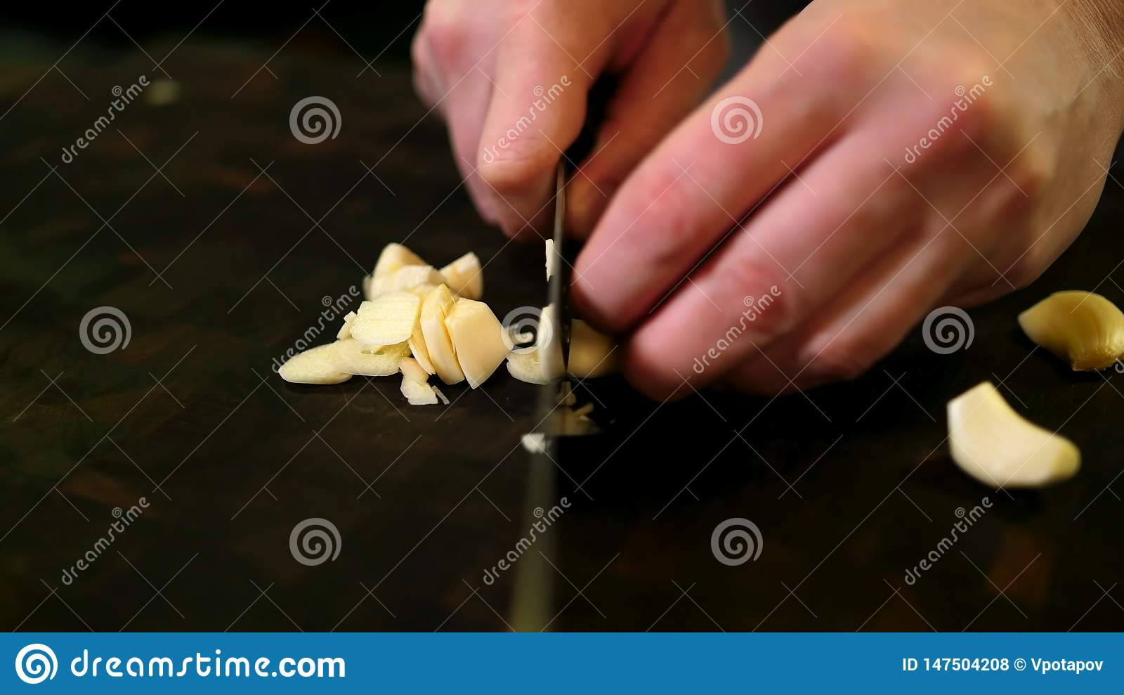 Ajo que pela a mano y cuchillo