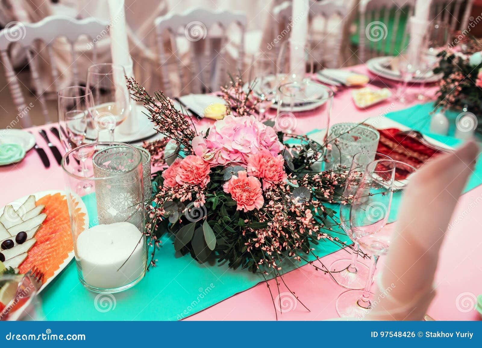 Ajournez le décor avec des nombres et des bougies de table de fleurs Épouser la décoration de banquet