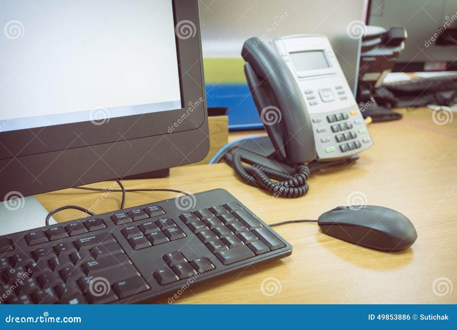 Ajournez le travail dans le bureau avec le téléphone et l