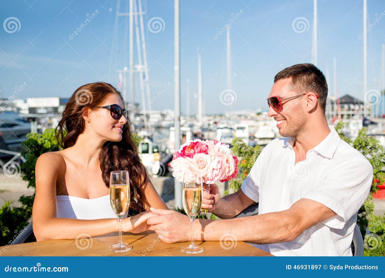 Ajouter de sourire au groupe et champagne au café