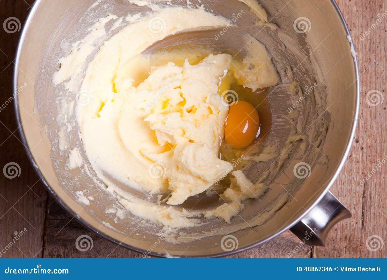 Ajouter l 39 oeuf au beurre m lang avec du sucre photo stock for Chambre de sucre gourmet artisanal sugars