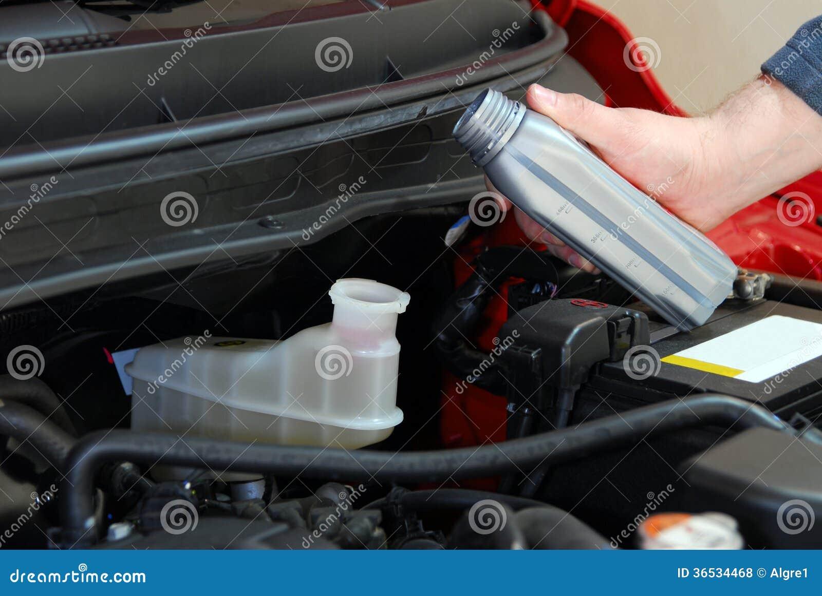 Ajouter le liquide des freins à une voiture