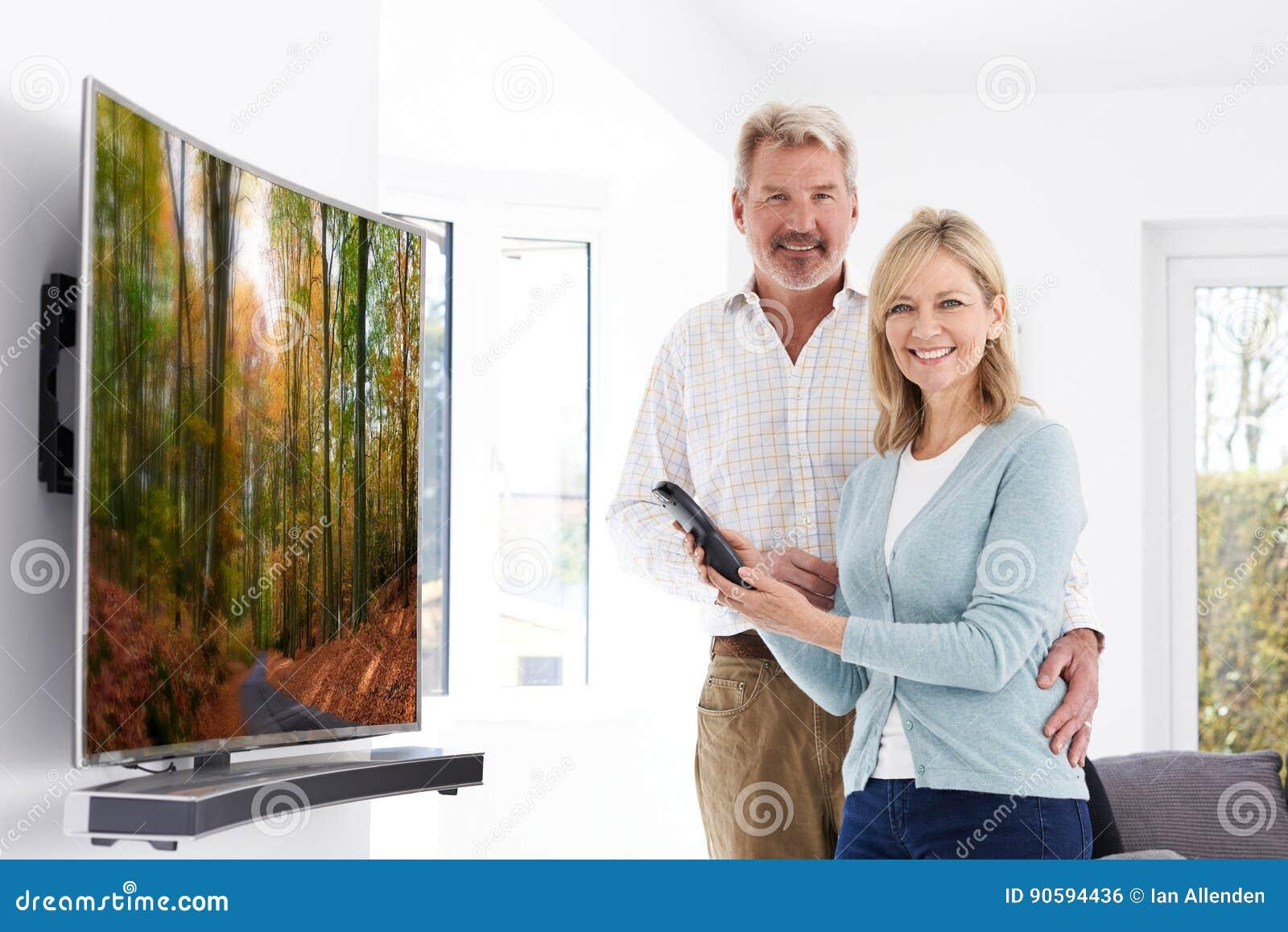 Ajouter mûrs à la nouvelle télévision incurvée d écran à la maison