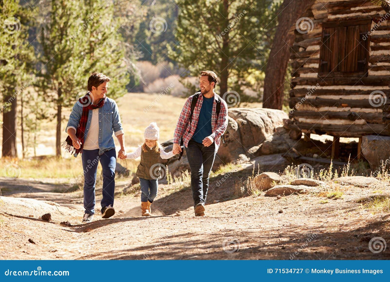 Ajouter masculins gais à la fille marchant par la région boisée d automne