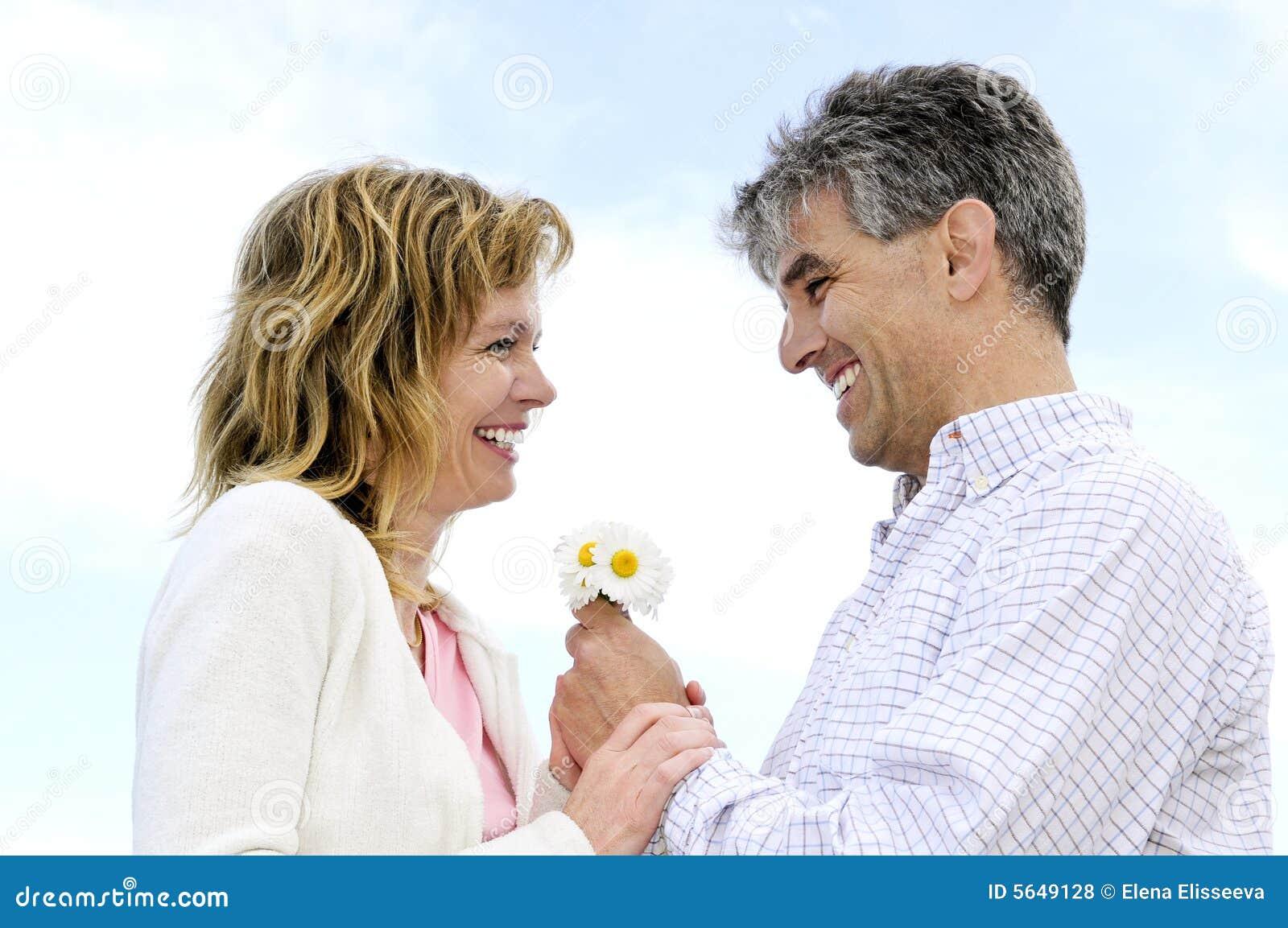 Ajouter romantiques mûrs aux fleurs