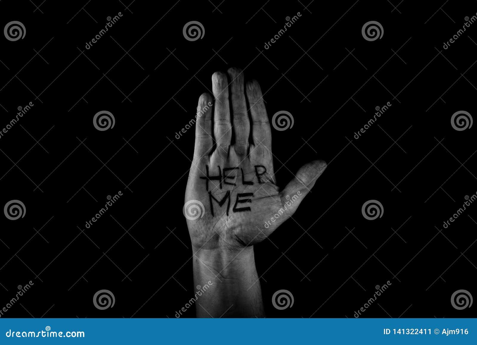 AJUDE-ME, palma da mão do homem acima do pedido pela ajuda