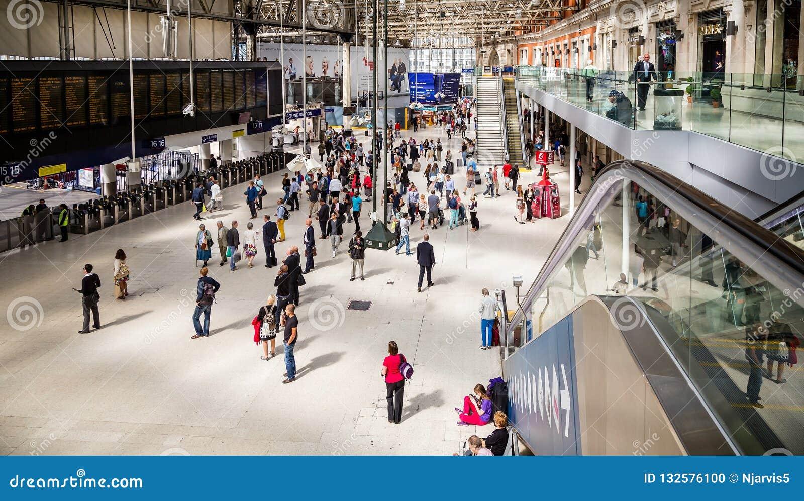 Ajuntamento aglomerado na estação de Waterloo em Londres, Reino Unido