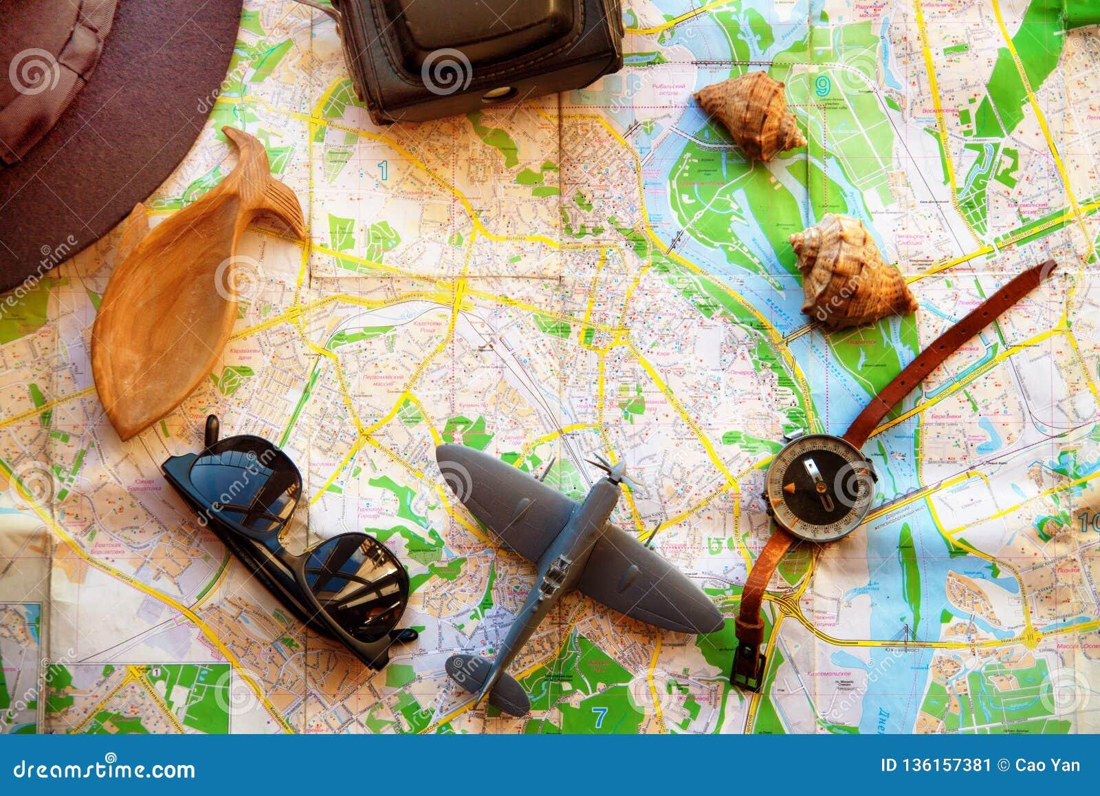 Ajustado para o viajante, vista superior A câmera, o avião e o compasso estão no mapa