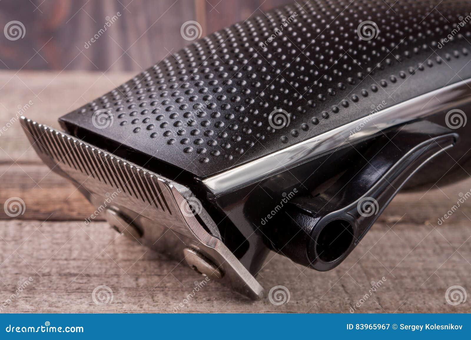Ajustador do cabelo em um close up de madeira velho do fundo
