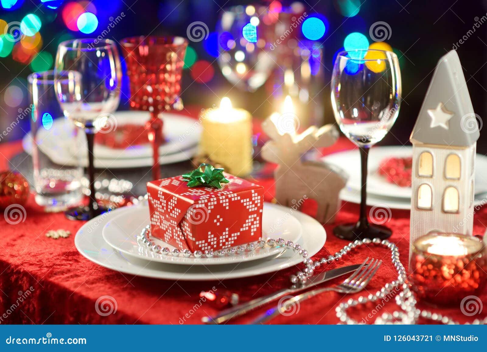 Ajuste bonito da tabela para a celebração da festa de Natal ou do ano novo em casa Sala acolhedor com uma chaminé e árvore de Nat