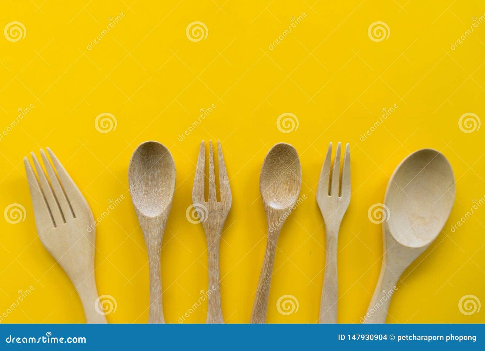 Ajuste da forquilha, da colher e da madeira do prato com fundo amarelo