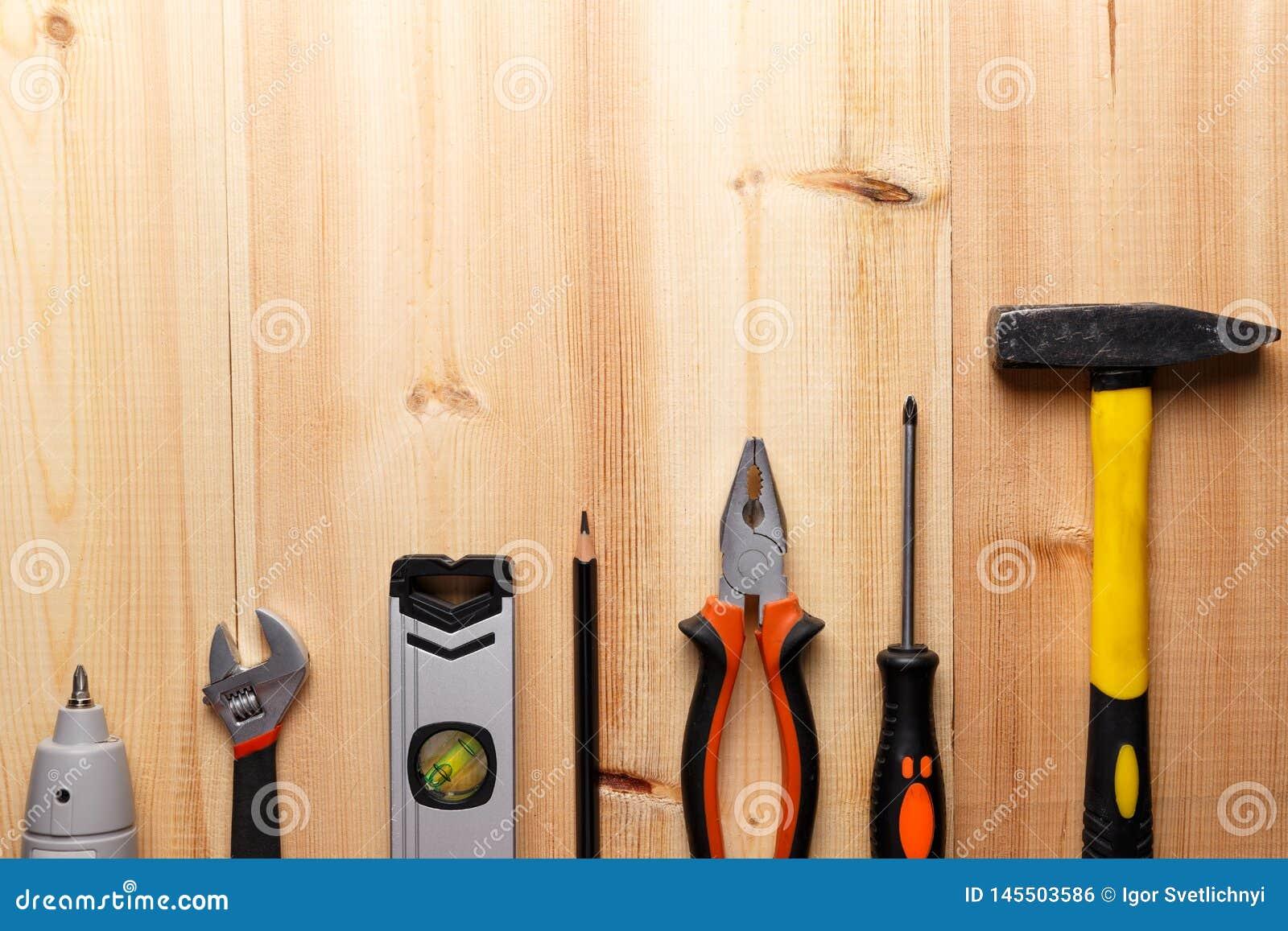 Ajuste das ferramentas da m?o na tabela de madeira