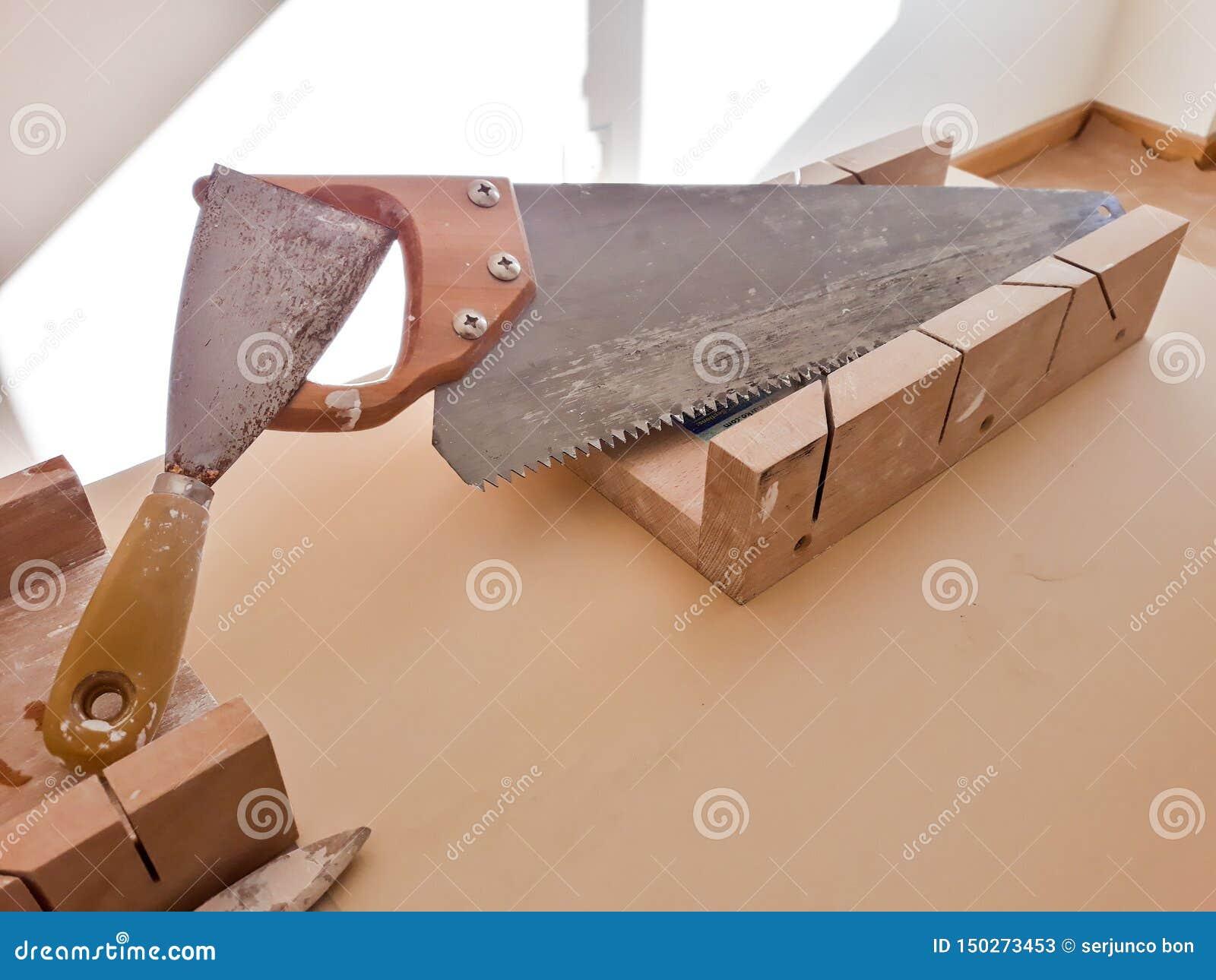 Ajuste das ferramentas do trabalho na tabela: serra, frisador e painter& x27; escova de s