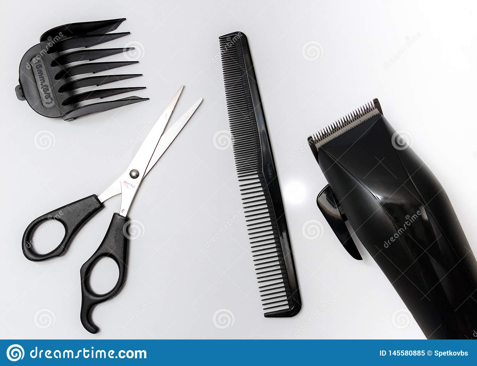 Ajuste das ferramentas para o corte de cabelo, scissor, penteie