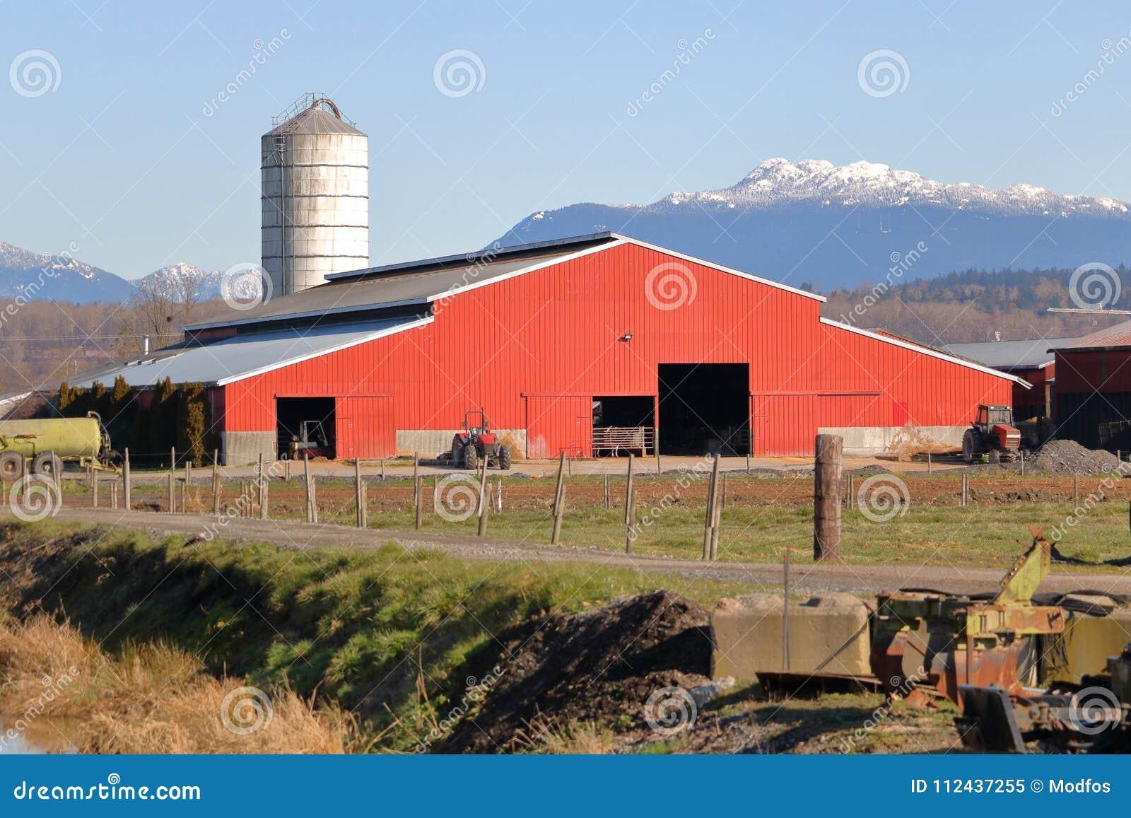 Ajuste De La Montaña Y Granero Rojo Imagen de archivo - Imagen de ...