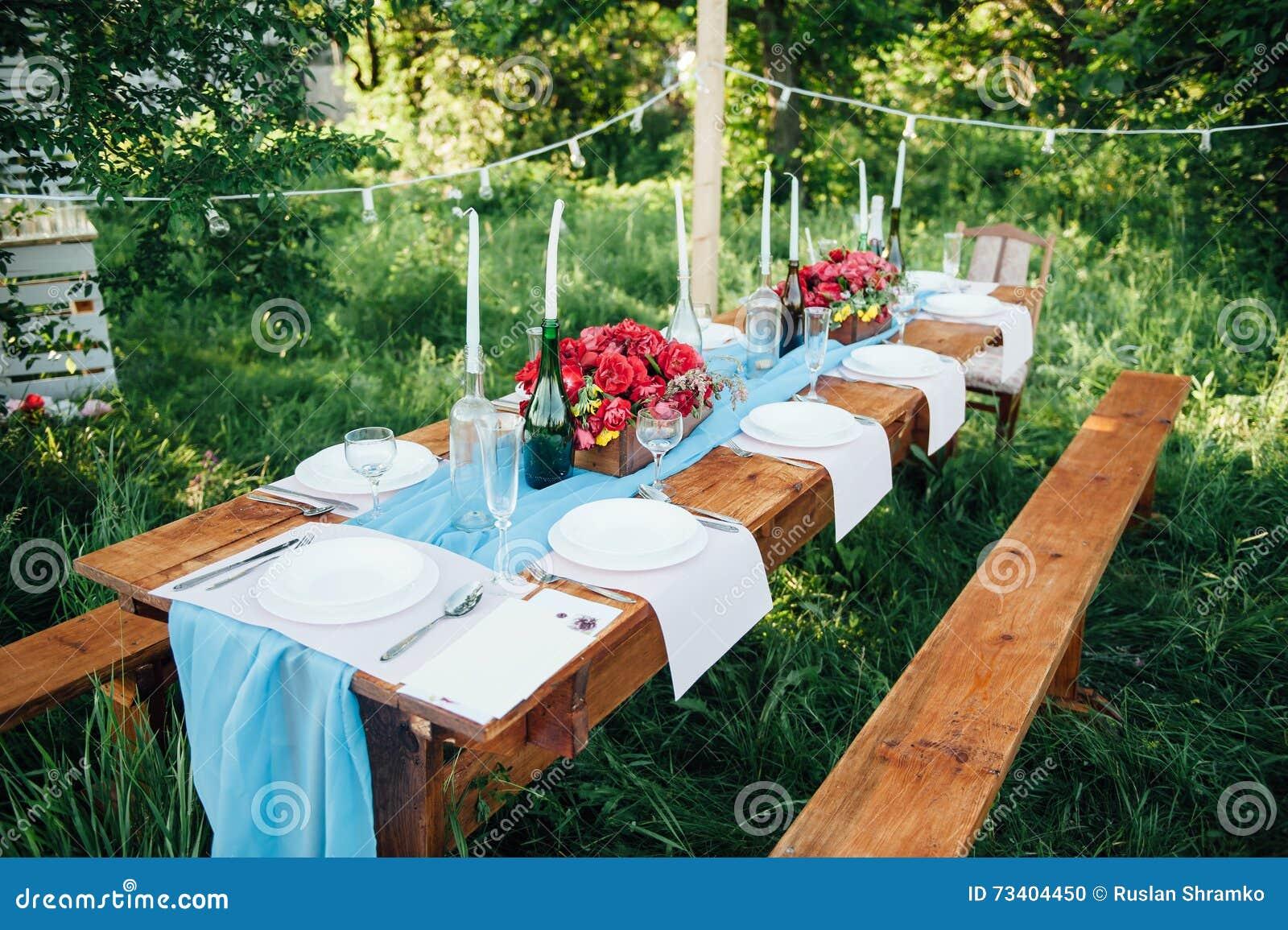 Ajuste de la tabla de la boda en estilo rústico