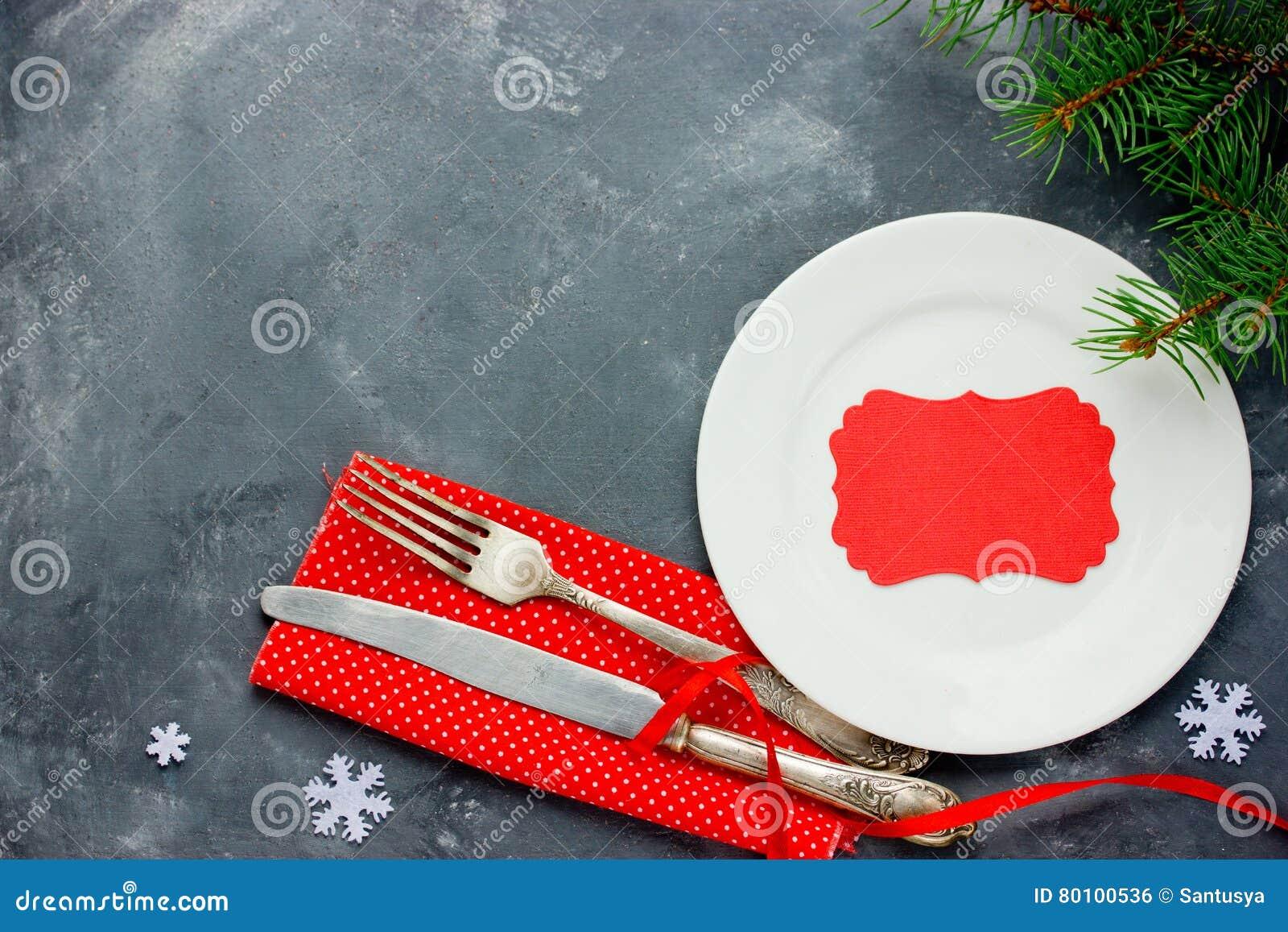 Ajuste de lugar da tabela do Natal com a pratas do vintage na sesta vermelha