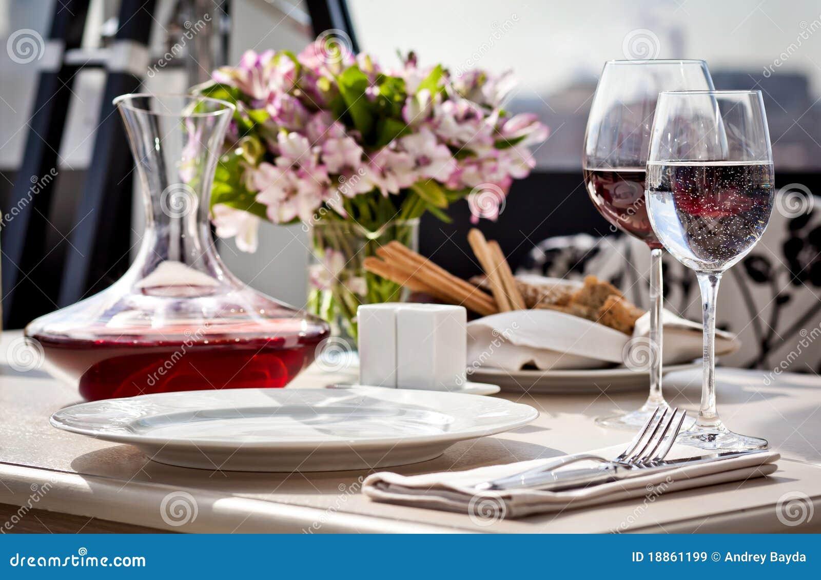 Ajuste de lugar fino da tabela de jantar do restaurante