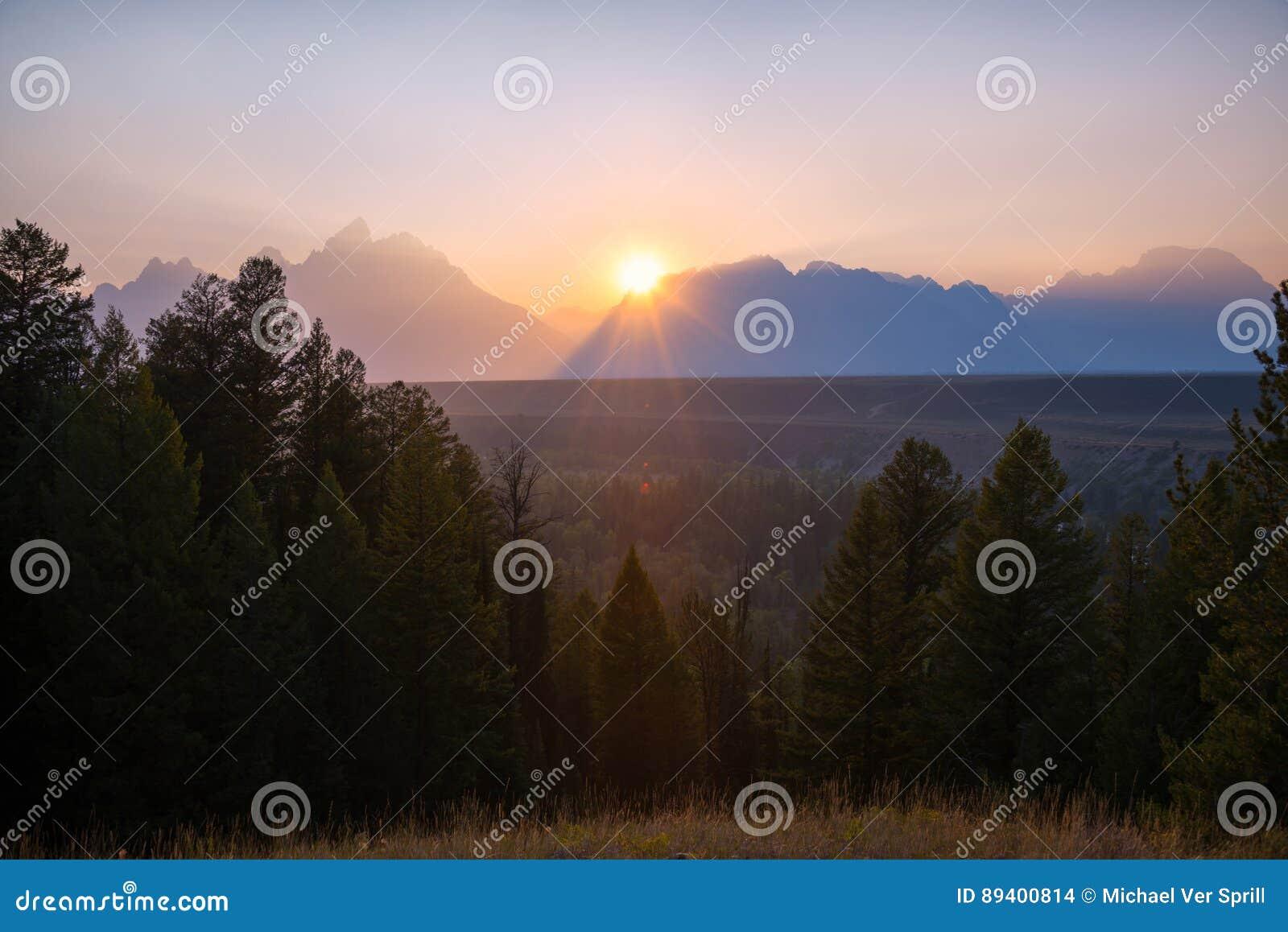 Ajuste de Sun atrás da cordilheira grande de Teton