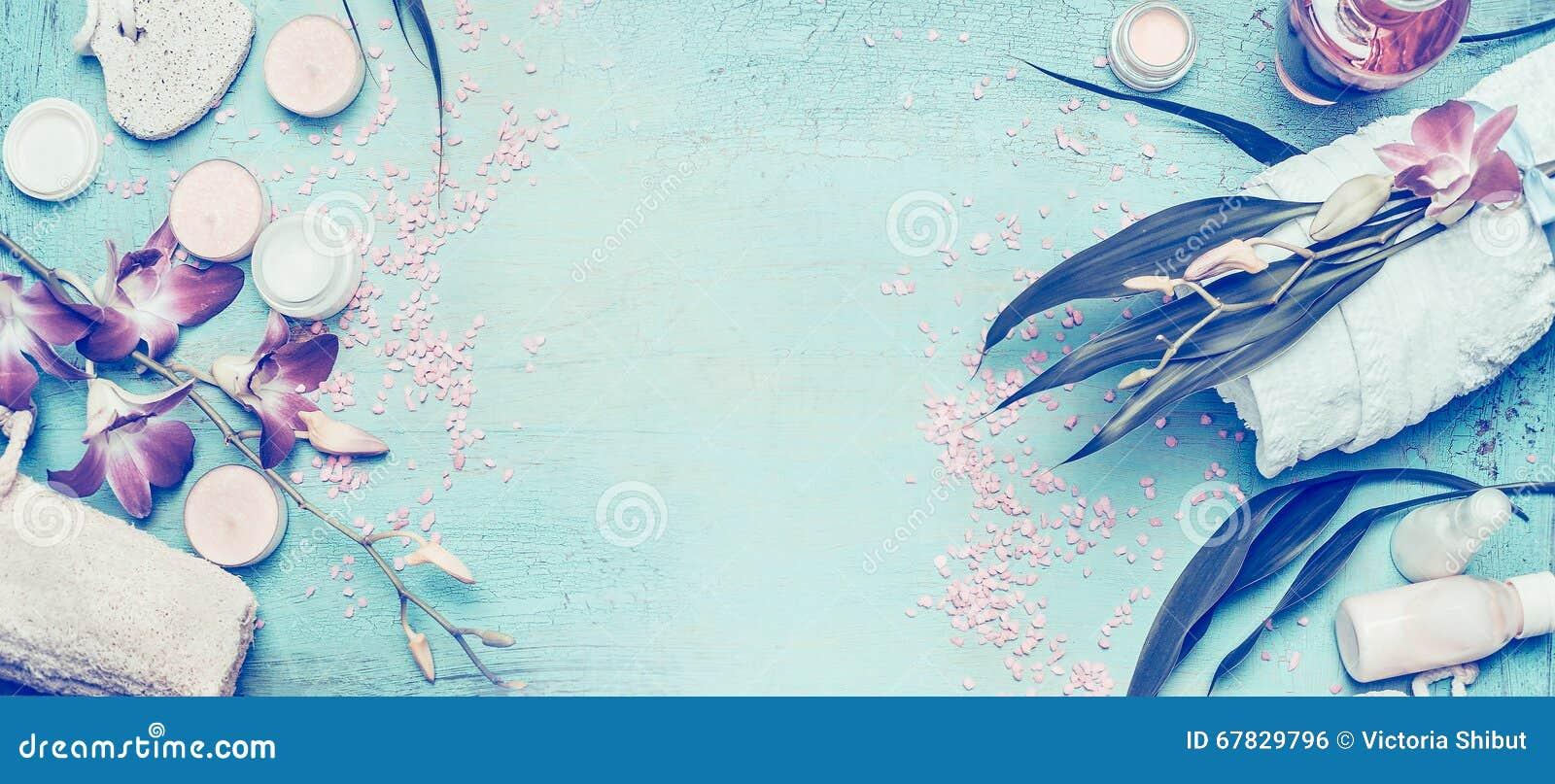Ajuste del balneario con cuidado de las flores y del cuerpo de la orquídea y herramientas del cosmético en el fondo elegante lame